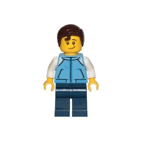 Chico con chaleco azul